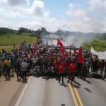 MST estima participação de mil pessoas em protesto na BR-262: pneus e galhos foram queimados e pista ficou interditada por dez quilômetros nos dois sentidos da via (Foto: MST/Divulgação)